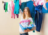 Smiling woman hanging clothes to dry — Stock Photo