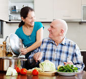 Senior couple cooking vegetarian lunch — Stock Photo