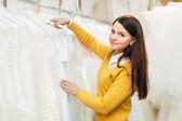 Nevěsta vybírá svatební šaty — Stock fotografie