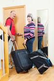 Ouder paar met bagage op vakantie gaan — Stockfoto