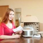 Домохозяйка распаковка нового кухонного агрегата — Стоковое фото #46909575