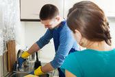 Rörmokare reparera diskbänk för hemmafru — Stockfoto