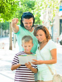 Tourist family looking at the map — Stockfoto
