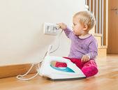 Barn leker med elektriska järn — Stockfoto