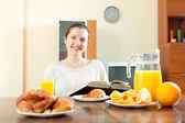 Junge Frau frühstücken — Stockfoto