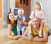 Familia de cuatro con dos niños — Foto de Stock
