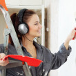 Woman makes repairs in the apartment — Stock Photo