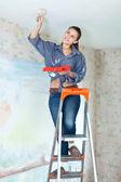 Mujer pinturas del techo con cepillo — Foto de Stock