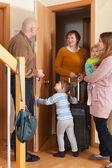 Familia llegando a abuela — Foto de Stock