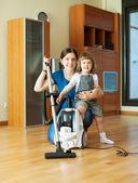 Mère et enfant avec aspirateur — Photo