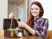 Dívka vypadá šperky v prsou — Stock fotografie