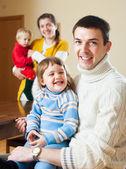 Lyckliga par med två barn — Stockfoto