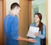 Sondaggi assistente sociale tra le persone — Foto Stock
