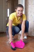 床の掃除の女性 — ストック写真