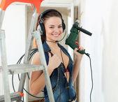 Sexy dziewczyna w słuchawkach wiertła — Zdjęcie stockowe