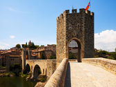 Old gate into medieval town. Besalu  — Photo