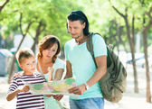 Tourists looking at the map  — Stockfoto