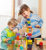 Frères et soeurs ensemble jouant avec des jouets — Photo