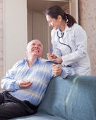 Happy senior man tells the  doctor the symptoms  — Stock Photo