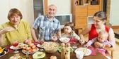 Família posando sobre mesa comemorativa — Fotografia Stock