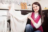 Kvinnan gör tvätt — Stockfoto
