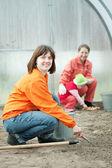 Familjen fungerar i växthus — Stockfoto