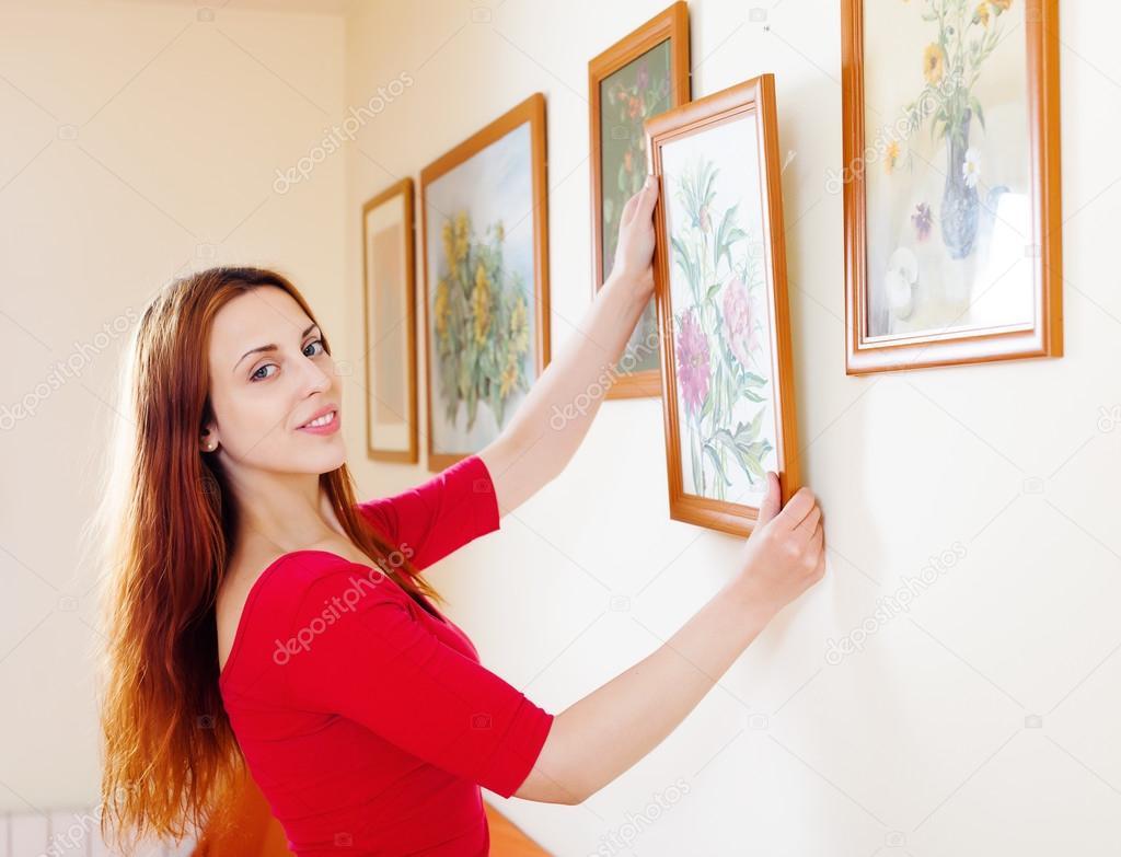 长头发的女人,穿红衣服挂在墙上的图片