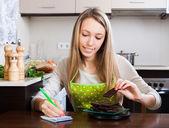 Woman weighing chocolate — Stockfoto