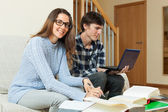 Student couple preparing for exam at home — Stock Photo