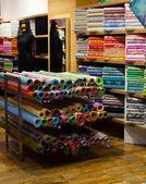 Kumaşlar ile doku mağazası — Stok fotoğraf
