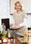 Kvinnan matlagning soppa — Stockfoto