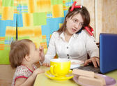 Mother and child eating breakfast — Stock Photo