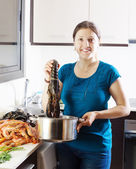 Mujer cocina con bogavante en casa — Foto de Stock