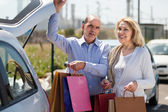 Couple putting bags  in trunk — Stock Photo