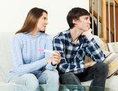 Mulher preocupada com o teste de gravidez — Foto Stock