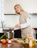 Mogen hemmafru matlagning soppa — Stockfoto