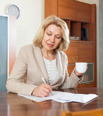 Woman signing documents — Stock Photo