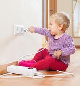 Niño jugando con electricidad — Foto de Stock