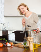 Hemmafru matlagning soppa — Stockfoto