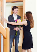 Man makes surprise to his wife — Stock Photo