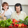 Handsome man and woman n the kitchen — Stock Photo