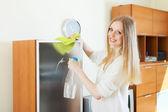 Limpeza vidro positivo loira dona de casa — Foto Stock