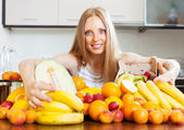 Housewife with fresh fruits at  kitchen  — Stock Photo