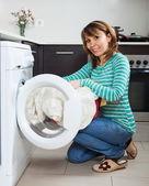 Ordinary housewife using washing machine — 图库照片
