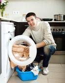 Tipo con lavadora — Foto de Stock