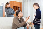 Sérios pais repreendendo seu filho — Fotografia Stock