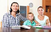 Pais e filho fazendo lição de casa — Fotografia Stock