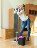 Frau Kopfhörer waschen den Boden — Stockfoto