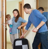 Happy family leaving the home — 图库照片