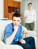 Pareja de casados teniendo disputa en casa — Foto de Stock